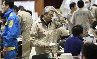 Des experts du gouvernement dans le centre d'intervention d'urgence de Fukushima, le 16 mars 2011.