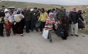 Amal, 18 ans, refuse d'entrer en Jordanie après être descendue d'un bus chargé de réfugiés syriens qui vient d'arriver à la frontière: elle est inquiète de la nouvelle vie qui l'attend et regrette d'avoir abandonné son perroquet à la maison.