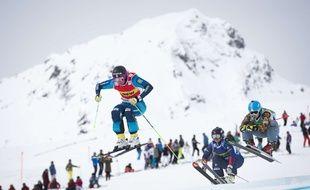 Anna Holmlund (au centre) lors d'une épreuve de Coupe du monde de skicross à Arosa, en Suisse, le 4 mars 2016.