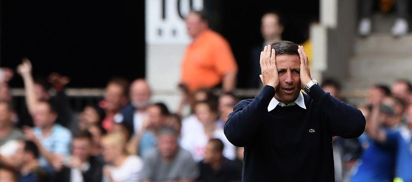 Lors du match contre Lille, en août, Thierry Laurey se tient la tête, mais la réception du Stade Rennais qui vient de changer de coach sera peut-être encore plus un casse-tête pour le staff strasbourgeois.