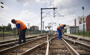 Le 15 juillet 2013 en Gare de Bondy (Seine-Saint-Denis), des agents  de  la SNCF inspectent et resserrent si besoin les éclisses des  aiguillages  des voies ferrées après l'accident ferroviaire de  Bretigny-sur-Orge.