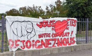 Une banderole situé devant un service d'urgence en grève, à Bourgoin-Jallieu.