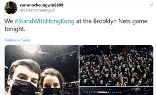 Des centaines de personnes avec des t-shirts noirs en soutien à Hong Kong se sont manifestés à un match des Brooklyn Nets.