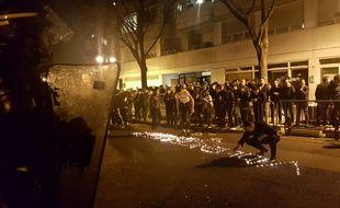 Paris, le 27 mars 2017. - Manifestation devant le commissariat du 19e arrondissement de Paris après la mort d'un ressortissant chinois.