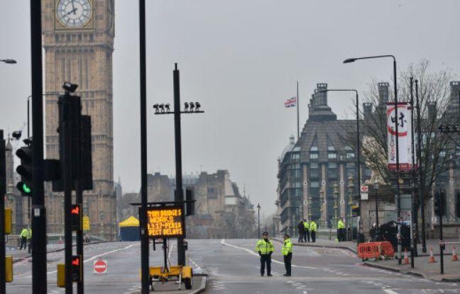 Des policiers sur le pont de Westminster à Londres