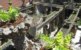 Lyon, le 22 Juin 2016 Le trop peu connu jardin Rosa Mir, oeuvre de Jules Senis, nichée au coeur de la Croix-Rousse, va rouvrir au public après avoir été entièrement restauré.