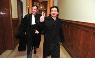 L'humoriste Michaël Youn en compagnie de son avocat Marc-Henri Debusschere au tribunal de Paris le 7 mars 2011.