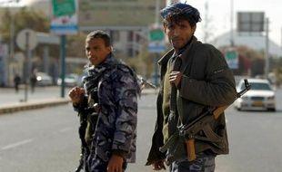 Des soldats yéménites bloquent les rues à proximité du palais présidentiel, le 19 janvier 2015 à Sanaa