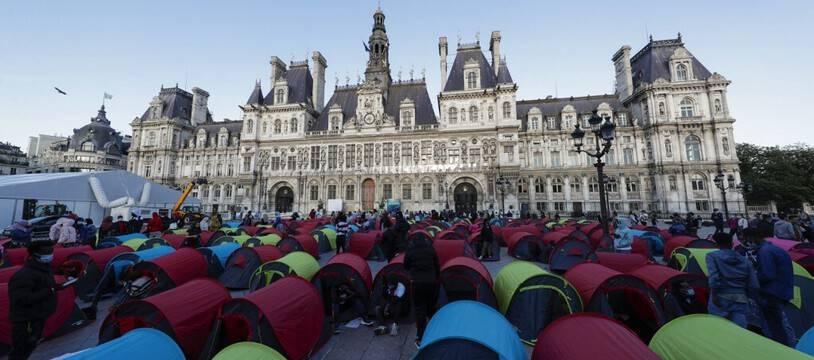 Les migrants à la rue réclament des solutions d'hébergement à la mairie de Paris.
