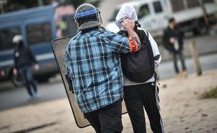 Un lycéen à Pau interpellé par les forces de l'ordre lors d'une manifestation. Credit:QUENTIN TOP/SIPA/