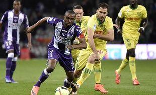 Le défenseur du FC Nantes Lorik Cana (à droite) à la lutte avec le capitaine du TFC Jean-Daniel Akpa Akpro lors du match de Ligue 1 au Stadium de Toulouse, le 6 février 2016.