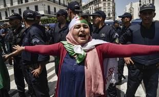 Une manifestante devant les forces de l'ordre à Alger, le 21 juin 2019.