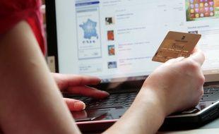 Illustration: Une internaute effectue un achat en ligne.