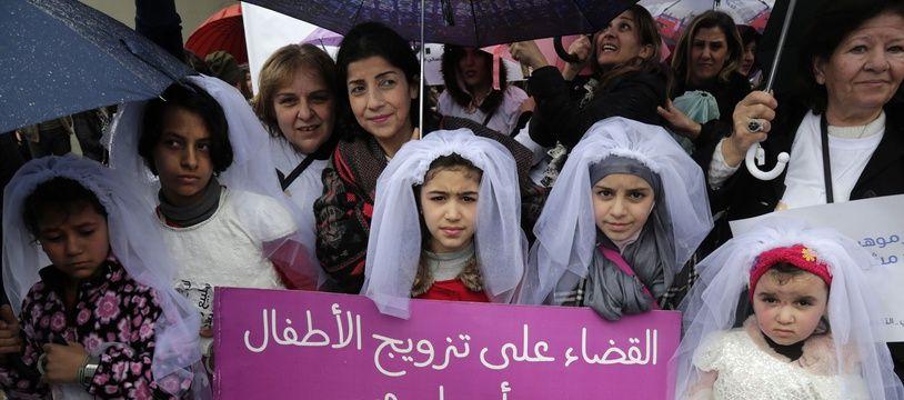Des jeunes Libanaises défilent déguisées en mariées pour dénoncer les mariages précoces.