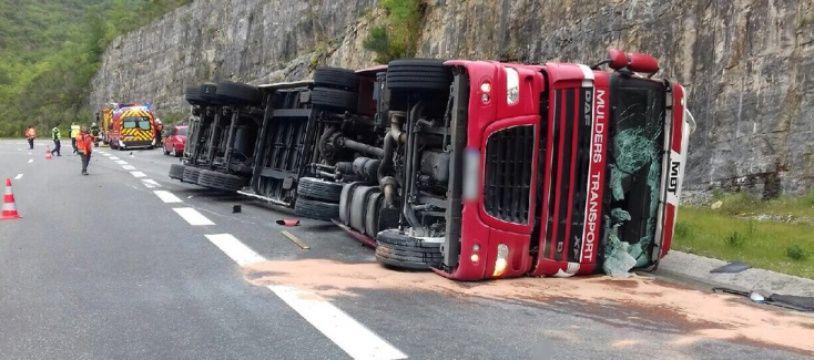 Le camion s'est couché sur l'autoroute A75, mardi.