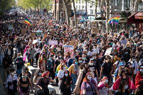Des milliers de personnes ont défilé, ce samedi, lors de la première marche lesbienne organisée en France