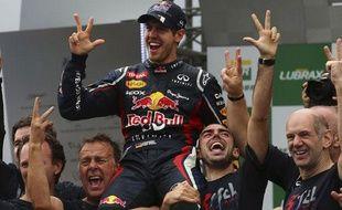 L'Allemand Sebastian Vettel fête son titre de champion du monde, le 25 novembre 2012, au Brésil.