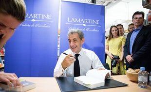 L'ancien président Nicolas Sarkozy signe des exemplaires de son nouveau livre lors d'une séance de dédicace de son nouveau livre à la  librairie Lamartine, le 28 juin 2019.