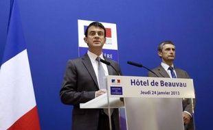 """Le ministre de l'Intérieur, Manuel Valls, a annoncé jeudi une baisse de 8% de la mortalité routière en 2012, historique depuis 1948, précisant par ailleurs que l'obligation d'un éthylotest dans la voiture était reportée """"sine die""""."""