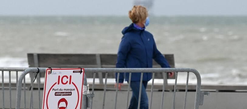 Sur le front de mer, à Calais. (illustration)