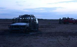 La voiture dans laquelle se trouvaient les humanitaires et leurs accompagnants, dimanche, lorsqu'ils ont été attaqués par des hommes en deux-roues.
