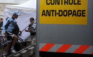 Le cycliste espagnol Alberto Contador monte au contrôle anti-dopage, le 22 juillet 2012, sur le Tour de France.