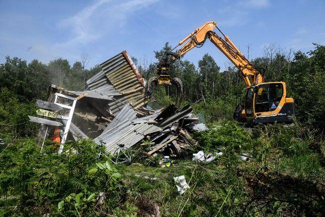 Les pelleteuses démolissent les cabanes de la Chat-Teigne sur la ZAD de Notre-Dame-des-Landes.