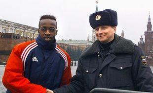 Sidney Govou s'est offert une photo collector, le 13 mars 2001, sur la place Rouge à Moscou, à la veille du match de Ligue des champions contre le Spartak.