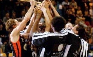 Les basketteuses de Bourges ont remporté dimanche le titre de championnes de France en dominant le tenant du titre Valenciennes 71-58, lors du match d'appui de la finale de la Ligue féminine à Valenciennes.