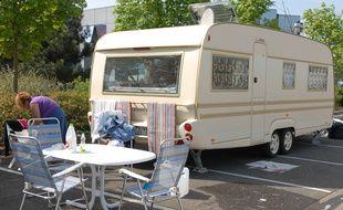 Caravane installée sur un parking. (Illustration)