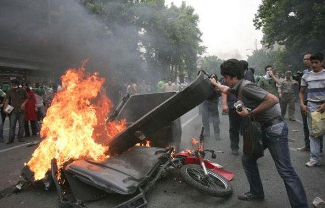 Emeutes à Téhéran, en Iran, entre les partisans d'Hossein Moussavi et les forces de l'ordre le 13 juin 2009.
