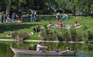 Au bois de Vincennes, des Parisiens profitent de la chaleur quasi-estivale, en ce jeudi de l'Ascension.