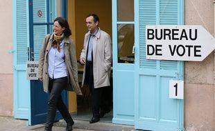 Emmanuelle Ménard, candidate aux élections législatives sur la sixième circonscription de l'Hérault, précède son mari Robert, maire de Béziers proche du Front national