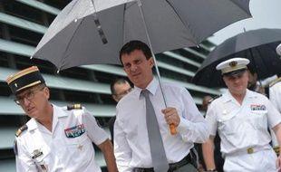Le ministre de l'Intérieur Manuel Valls a annoncé vendredi sa décision d'écourter sa visite aux Antilles en raison de l'affaire Leonarda, la collégienne dont l'expulsion vers le Kosovo est au coeur d'une polémique, et de rentrer à Paris avec un jour d'avance.