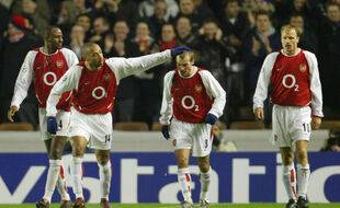 Patrick Vieira, Thierry Henry et Dennis Bergkamp autour de Freddy Ljungberg, en 2004. La belle époque des Gunners...