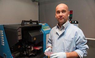 Fabien Guillemot, chargé de recherches à l'Inserm Bordeaux Segalen, avec l'imprimante 3D créant des tissus vivants