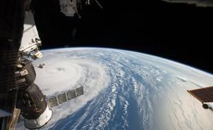 La station spatiale internationale (ISS), à 400 kilomètres de la Terre.
