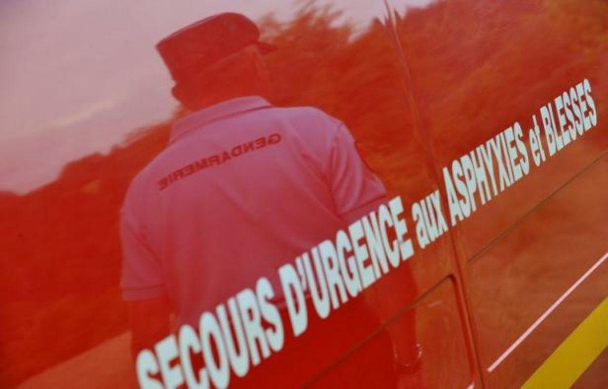 Un homme est mort et 24 personnes ont été blessées, dont quatre grièvement, dans l'accident d'un car qui transportait 47 Britanniques, tôt dimanche matin sur l'autoroute A26 près de Châlons-en-Champagne, selon la préfecture de la Marne et les services d'information routière. – Thierry Zoccolan AFP