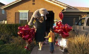 Des voisins déposent une peluche devant la «maison de l'horreur» en Californie où treize enfants ont été séquestrés par leurs parents pendant plusieurs années dans des conditions inhumaines.