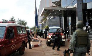 Des équipes de secours et des soldats maliens devant l'entrée de l'hôtel Radisson Blu à Bamako le 20 novembre 2015
