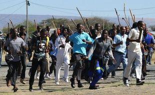 Quelque 15.000 mineurs sud-africains ont à nouveau débrayé lundi dans une mine d'or proche de Johannesburg dans un climat social toujours tendu par le bras de fer qui se poursuit à la mine de Marikana, théâtre d'une sanglante fusillade policière le 16 août.