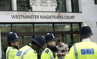 La police britannique devant le tribunal de Westminster, le 30 mai 2013.