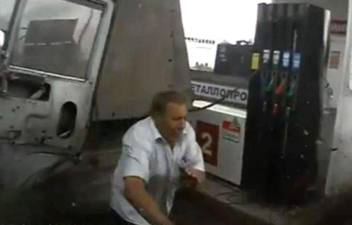 Capture d'écran d'une vidéo Youtube montrant un homme échapper de peu à un accident. – 20 MINUTES