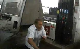 Capture d'écran d'une vidéo Youtube montrant un homme échapper de peu à un accident.
