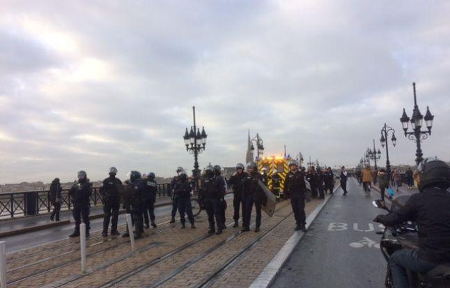 Les CRS ont eu l'ordre de libérer le pont de pierre des manifestants.