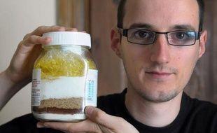 Depuis sa cuisine, Adrien Gontier, jeune chimiste strasbourgeois, s'est lancé un défi plus complexe qu'il n'y paraît: vivre un an sans consommer d'huile de palme, un ingrédient omniprésent dans notre alimentation et dont la production à outrance est dénoncée par les écologistes.