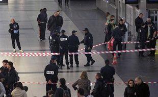 La police a déployé un périmètre de sécurité à La Défense après l'agression d'un militaire à l'arme blanche samedi 25 mai 2013.
