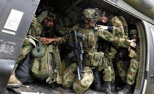 Des soldats colombiens à bord d'un hélicoptère à Quibdo, le 19 novembre 2014 où un général a été enlevé par les Farc
