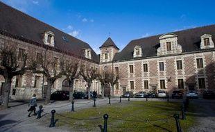Le procès d'une femme accusée d'avoir empoisonné son concubin, dont le corps avait été retrouvé coupé en deux dans le coffre d'une voiture en 2009, s'est ouvert jeudi devant la cour d'assises de l'Allier.
