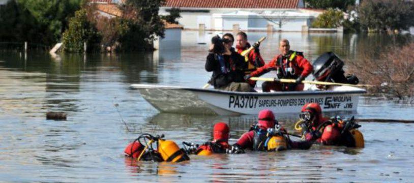 Des secouristes à La-Faute-sur-Mer, dans l'ouest de la France, le 2 mars 2010 après le passage de la tempête Xynthia